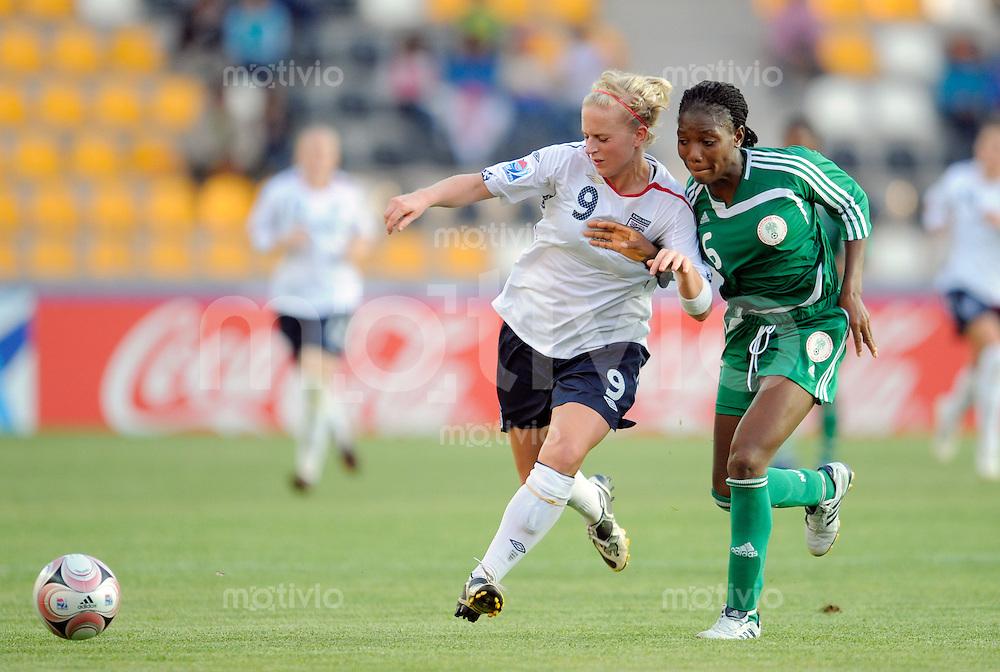Fussball Frauen FIFA U 20  Weltmeisterschaft 2008    22.11.2008 Nigeria - England Natasha DOWIE (li, ENG) im Zweikampf mit Esther MICHAEL (re, NGA).