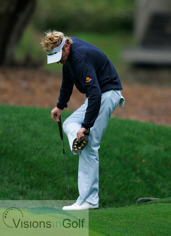 Ian Poulter cleans his spikes on his shoes<br /> THE PLAYERS Championship at TPC Sawgrass, Stadium GC, Ponte Vedra, Jacksonville, Florida USA. 23rd March 2006<br /> <br /> Picture Credit:   Mark Newcombe / visionsingolf.com