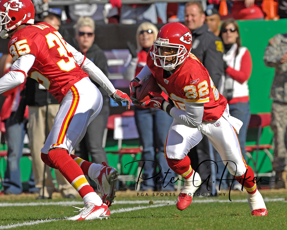 Kansas City Chiefs punt returner Dante Hall (82) takes off up field, after receiving a Oakland punt at Arrowhead Stadium in Kansas City, Missouri, November 19, 2006.  The Chiefs beat the Raiders 17-13.<br />