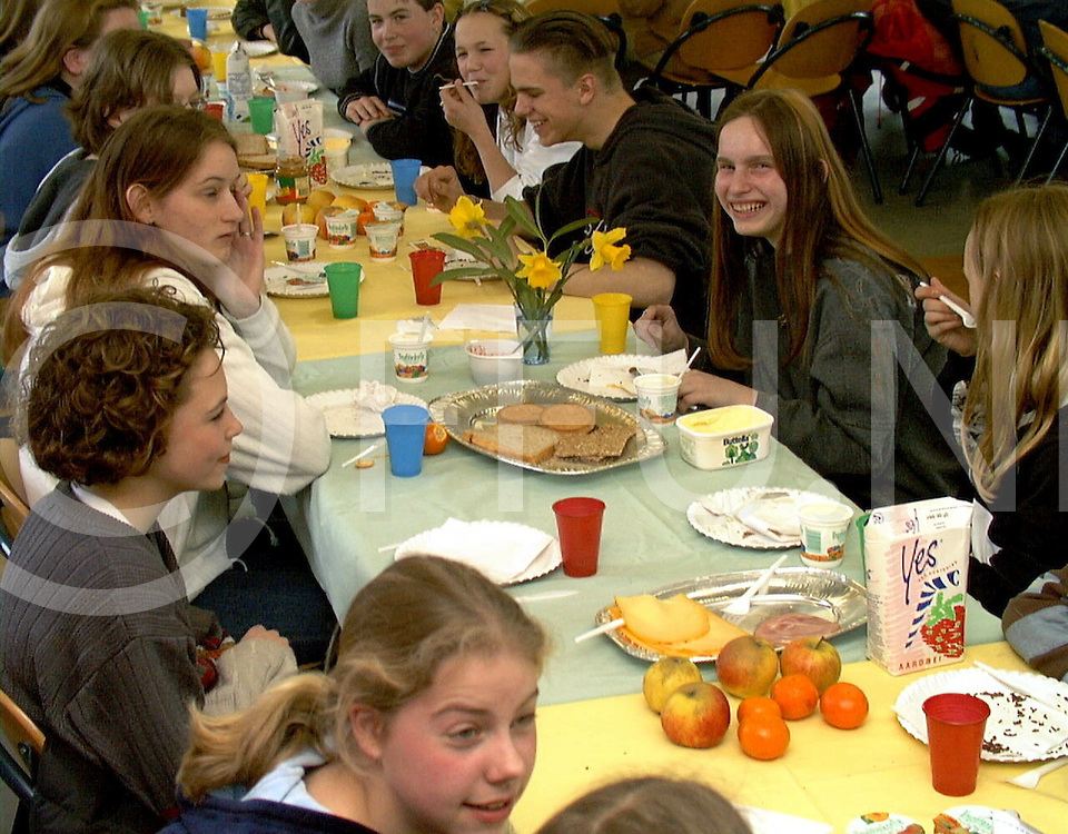 Fotografie Frank Uijlenbroek©1999/Frank Brinkman.990324 hardenberg ned.de Nieuw Veste einde van Zip your lips wordt met een maaltijd gevierd