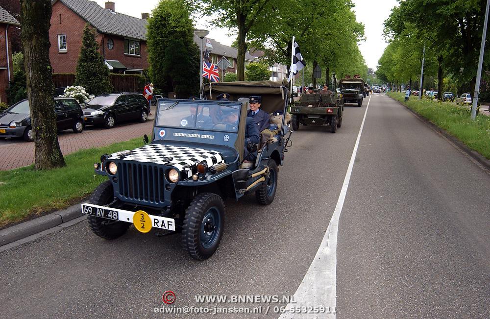 Optocht oude legervoertuigen Bridgehead Karel Doormanlaan Huizen