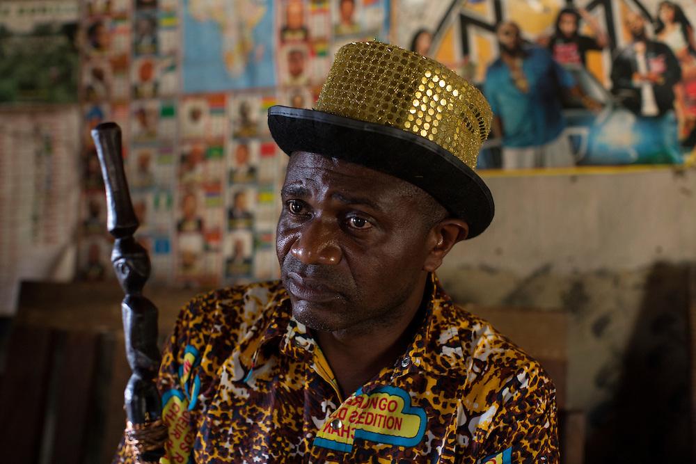Nyambembe, Congo<br /> <br /> En av rebell gruppen RM, Raia Mutomboki, f&auml;sten &auml;r i byn Nyambembe.<br /> Presidenten Donatien &quot;Dona&quot; Kengwa talar till byns inv&aring;nare.<br /> <br /> Photo: Niclas Hammarstr&ouml;m