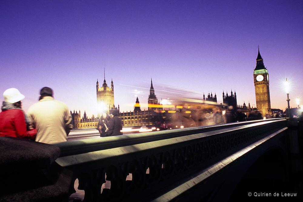 De Westminster Bridge in Londen op een koude winteravond.