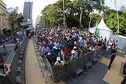 SAO PAULO, SP, 13.12.2013 - FESTA DE ANIVERSÁRIO DO CTB (CENTRAL DOS TRABALHADORES E TRABALHADORAS DO BRASIL) - Movimentação durante a festa de aniversário da CTB (Central dos Trabalhadores e Trabalhadoras do Brasil) na Praça da República nesta sexta-feira (13).  (Foto: Marcelo Brammer / Brazil Photo Press).