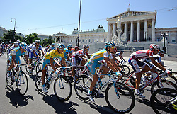 10.07.2011, AUT, 63. OESTERREICH RUNDFAHRT, 9. ETAPPE, PODERSDORF-WIEN, im Bild das Peloton mit Fredrik Kessiakoff, (SWE, Pro Team Astana) vor dem Parlament in Wien // during the 63rd Tour of Austria, Stage 8, 2011/07/10, EXPA Pictures © 2011, PhotoCredit: EXPA/ S. Zangrando