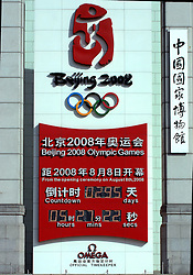 17-10-2007 ALGEMEEN: VOORBEREIDINGEN OLYMPISCHE SPELEN BEIJING 2008: CHINA<br /> De Olympische klok op het Tiananmen - Plein van de Hemelse Vrede - Olympische Ringen - Het Nationaal Museum met de rode ster en vlaggen<br /> ©2007-WWW.FOTOHOOGENDOORN.NL