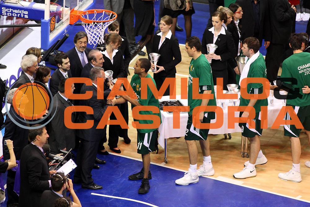 DESCRIZIONE : Berlino Eurolega 2008-09 Final Four Finale Panathinaikos Atene CSKA Mosca <br /> GIOCATORE :  Drew Nicholas Coppa Award<br /> SQUADRA : Panathinaikos Atene<br /> EVENTO : Eurolega 2008-2009 <br /> GARA : Panathinaikos Atene CSKA Mosca <br /> DATA : 03/05/2009 <br /> CATEGORIA : Esultanza premiazione<br /> SPORT : Pallacanestro <br /> AUTORE : Agenzia Ciamillo-Castoria/G.Ciamillo