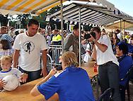 23-08-2008 VOETBAL:WILLEM II:OPENDAG:TILBURG<br /> Ankie Romme als fotograaf aan het werk<br /> Foto: Geert van Erven