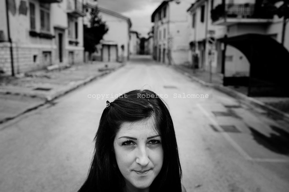 Pievetorina, Italia - Stefania, ritratta nel centro del paese di Pievetorina totalmente disabitato dopo il terremoto che ha reso tutti gli edifici inagibili.<br /> Ph. Roberto Salomone