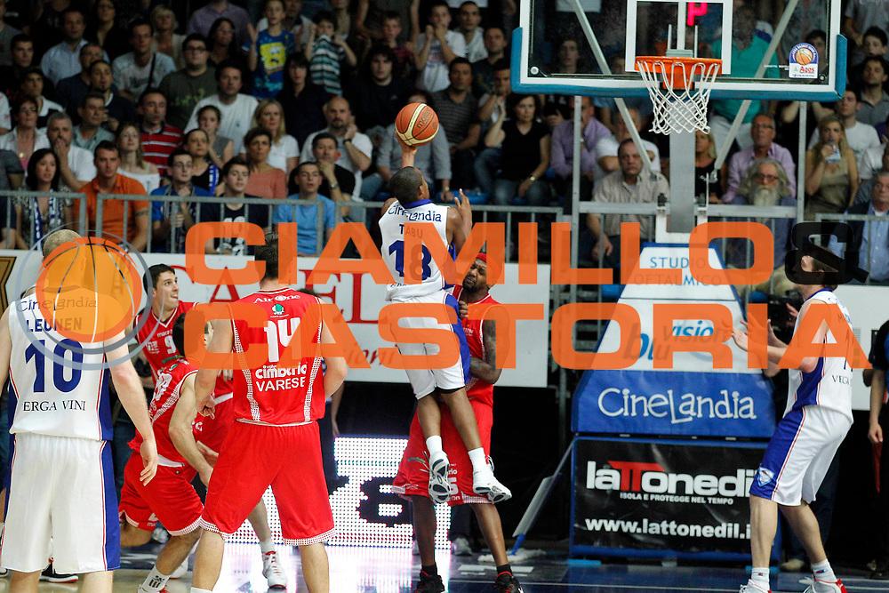 DESCRIZIONE : Cantu Lega A 2010-11 Quarti di finale Play off Gara 2 Bennet Cantu Cimberio Varese<br /> GIOCATORE : Jonathan Tabu Ronald Slay azione sfondamento canestro decisivo<br /> SQUADRA : Bennet Cantu Cimberio Varese<br /> EVENTO : Campionato Lega A 2010-2011<br /> GARA : Bennet Cantu Cimberio Varese<br /> DATA : 20/05/2011<br /> CATEGORIA : Tiro<br /> SPORT : Pallacanestro<br /> AUTORE : Agenzia Ciamillo-Castoria/G.Cottini<br /> Galleria : Lega Basket A 2010-2011<br /> Fotonotizia : Cantu Lega A 2010-11 Quarti di finale Play off Gara 2 Bennet Cantu Cimberio Varese<br /> Predefinita :