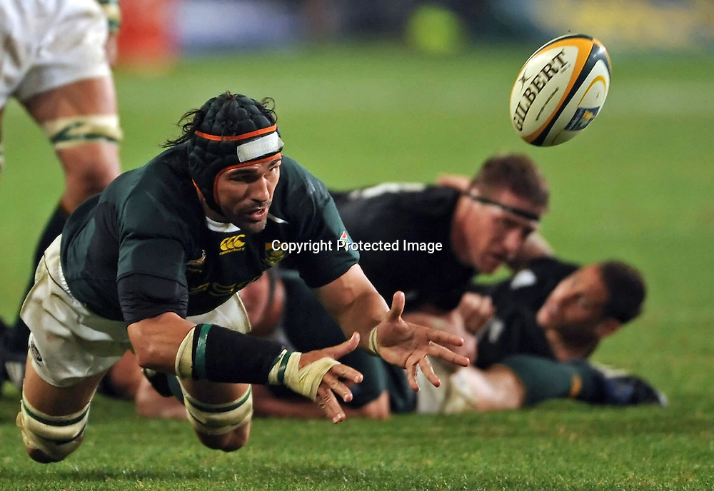 Victor Matfield of the Springboks passes the ball like a scrumhalf.<br /> Rugby - Tri-Nations - 090801 - South Africa v New Zealand - ABSA Stadium - Durban - South Africa. The Springboks won 31-19.<br /> Photographer : Anton de Villiers / SASPA
