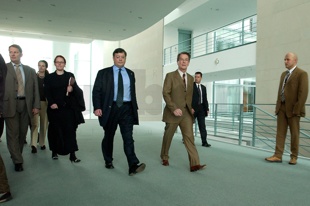 07 MAY 2004, BERLIN/GERMANY:<br /> Reinhard Buetikofer (L), B90/Gruene, Bundesvorsitzender, und Franz Muentefering (R), SPD Parteivorsitzender,auf dem Weg einer Pressekonferenz, zu den Ergebnissen des vorangegangenen Koalitionsgespraechs, Bundeskanzleramt<br /> Reinhard Buetikofer (L), Leader of the Green Party, und Franz Muentefering (R), Leader of the Social Democratic Party, press conference<br /> IMAGE: 20040507-01-001<br /> KEYWORDS: Reinhard B&uuml;tikofer, Franz M&uuml;ntefering, geht, gehen, walk