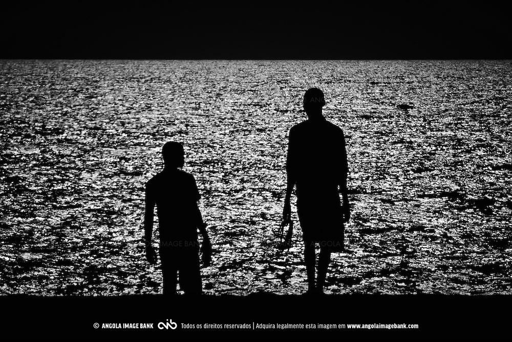 Siluetas de jovens nas praias do Sumbe. Kwanza Sul (Cuanza Sul), Angola