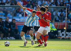17.06.2010, Soccer City Stadium, Johannesburg, RSA, FIFA WM 2010, Argentinien vs Südkorea im Bild Javier Mascherano of Argentina tangles with KI Sung Yueng of South Korea, EXPA Pictures © 2010, PhotoCredit: EXPA/ IPS/ Mark Atkins / SPORTIDA PHOTO AGENCY