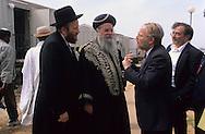 """Backchi Doron; great Sephardic rabbi of Israel visiting the village for refugees in  givaat amatos, jerusalem  Israel     /// le grand rabbin sepharade  Bakchi doron"""" en visite dans village de refugiés à  givaat amatos, jerusalem  Israel   /// R00287/    L004349  /  P0007179"""