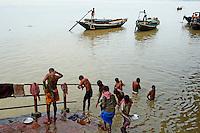 Inde, Bengale Occidental, Calcutta (Kolkata), bain public sur des Ghat près du pont d'Howrath à l'arrière-plan // India, West Bengal, Kolkata, Calcutta, Ghat near Hooghly bridge, People bathing in Hooghly River