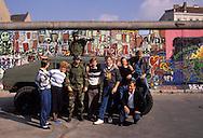 DEU, Germany, Berlin, at the wall in the district Kreuzberg, American soldiers, patrol car with machine gun, photographed by and with tourists.....DEU, Deutschland, Berlin, Amerikanische Soldaten an der Mauer in Kreuzberg, Patrouillenfahrzeug mit Maschinengewehr, werden mit Touristen fotografiert...1988
