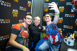 © Licensed to London News Pictures . 30/07/2017 . Manchester , UK . Fans pose with actor Warwick Davis . Cosplayers, families and guests at Comic Con at the Manchester Central Convention Centre . Photo credit : Joel Goodman/LNP