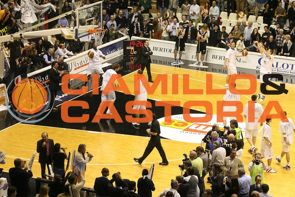 DESCRIZIONE : Bologna Lega A1 2005-06 Vidi Vici Virtus Bologna Climamio Fortitudo Bologna<br /> GIOCATORE : Ricchi e Poveri<br /> SQUADRA : Vidi Vici Virtus Bologna<br /> EVENTO : Campionato Lega A1 2005-2006 <br /> GARA : Vidi Vici Virtus Bologna Climamio Fortitudo Bologna<br /> DATA : 15/04/2006 <br /> CATEGORIA : Curiosita<br /> SPORT : Pallacanestro <br /> AUTORE : Agenzia Ciamillo-Castoria/G.Ciamillo