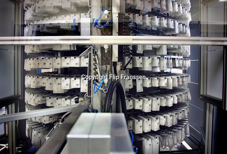 Nederland, Enschede, 11-7-2013Honderden medicijnenzakjes hangen aan de cilinder van de distributierobot voor medicijnen in het Twente Medisch Spectrum. De robot verzorgt de medicatie van de patienten in het ziekenhuis.FOTO: FLIP FRANSSEN/ HH