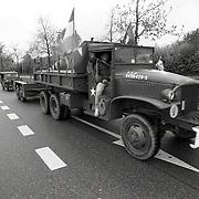 NLD/Huizen/19920509 - Bevrijdingsoptocht met oude legervoertuigen o.a. een tank door het Gooi
