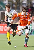 AMSTELVEEN - HOCKEY - Bloemendaal-speler Wouter Jolie (r)  in duel met Oliver Korn van Club de Campo,  tijdens de EHL hockeywedstrijd  tussen de mannen van Bloemendaal en het Spaanse Club de Campo Madrid (6-1).   COPYRIGHT KOEN SUYK