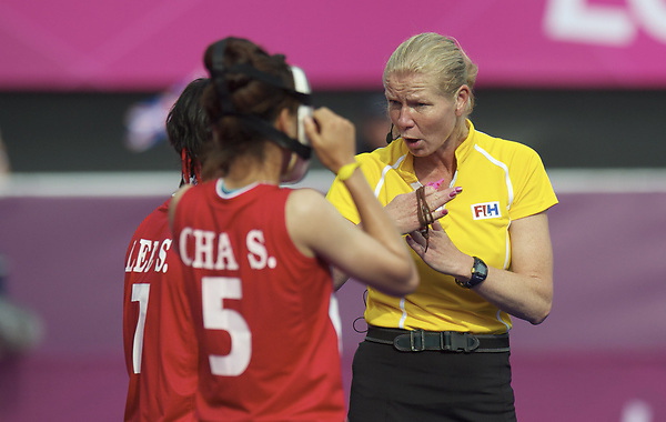 LONDON - Olympische Spelen 2012.Women match .Great Britain v Korea.foto: Umpire Stella Bartlema discuus with the Koreanplayers..FFU PRESS AGENCY COPYRIGHT FRANK UIJLENBROEK.