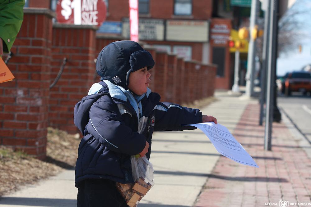 03/26/2011, Lawrence. George Iker Richardson, 18 meses, sostiene un flyer de la campa&ntilde;a en favor del 4% para educacion.<br /> <br /> Desafiando temperaturas de 13F y bajo una fuerte brisa, George Iker y sus padres, distribuyen flyer en las calles de Lawrence, MA.<br /> <br /> La campa&ntilde;a civica fue organizada por la organizacion Somos Patria. <br /> <br /> Foto: George Richardson