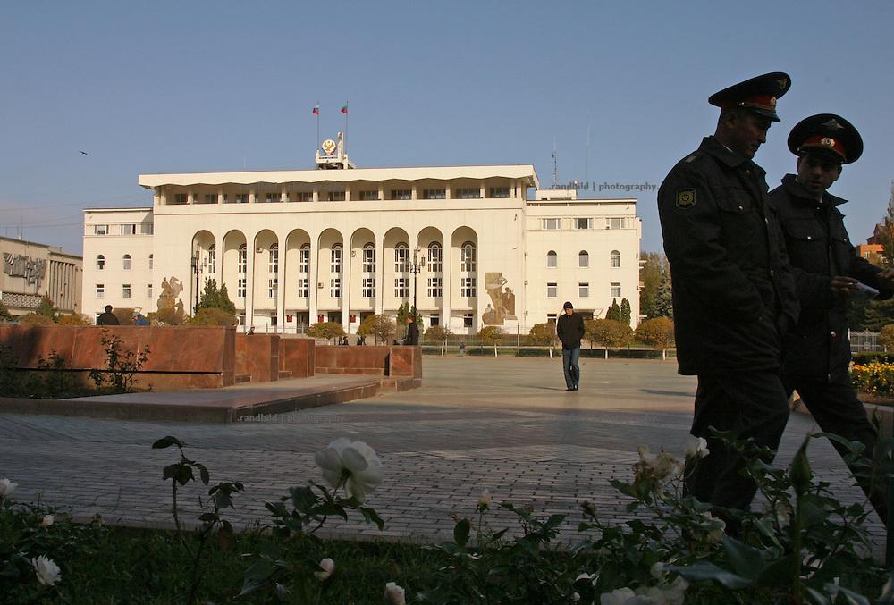 Polizisten bewachen die Administration der dagestanischen Regierung in Machatschkala. (Policemen guards the adminsitration building of the government of Dagestan (South Russia) in Makhachkala.