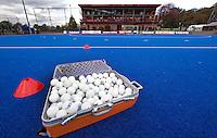 ARNHEM - ILLUSTRATIE - De koffer met trainingsballen  woensdag bij de hockey-oefeninterland tussen de dames van Nederland en Belgie (3-1)  op het nieuwe blauwe kunstgras van HC Upward in Arnhem