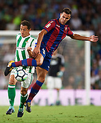 SEVILLE, SPAIN - SEPTEMBER 25:  Andres Guardado of Real Betis Balompie (L) competes for the ball with Roberto Suarez Pier of Levante UD (R) during the La Liga match between Real Betis and Levante at Estadio Benito Villamarin on September 25, 2017 in Seville, .  (Photo by Aitor Alcalde Colomer/Getty Images)