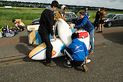 Voor de eerste keer wordt de VeloX2 ontdaan van zijn leren bescherming. Het Human Powered Team Delft en Amsterdam traint op de testbaan van de RDW in Lelystad.<br />