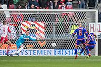 UTRECHT - FC Utrecht - Feyenoord , Voetbal , Seizoen 2015/2016 , Eredivisie , Stadion de Galgenwaard  , 28-02-2016, Speler van Feyenoord Tonny Vilhena (r) scoort de 1-1 door de bal langs FC Utrecht speler Robbin Ruiter (l) te schieten