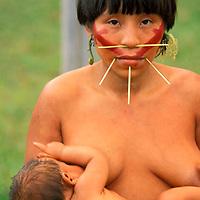 Madre con bebé en brazos de aborigen Yanomami, Amazonas, Venezuela.