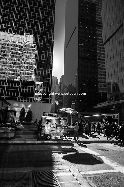 New York ; Times square district food stand and buildings reflection on 43 rd street / reflets des buildings sur la 43 me rue. quartier de Times square  New York  Usa