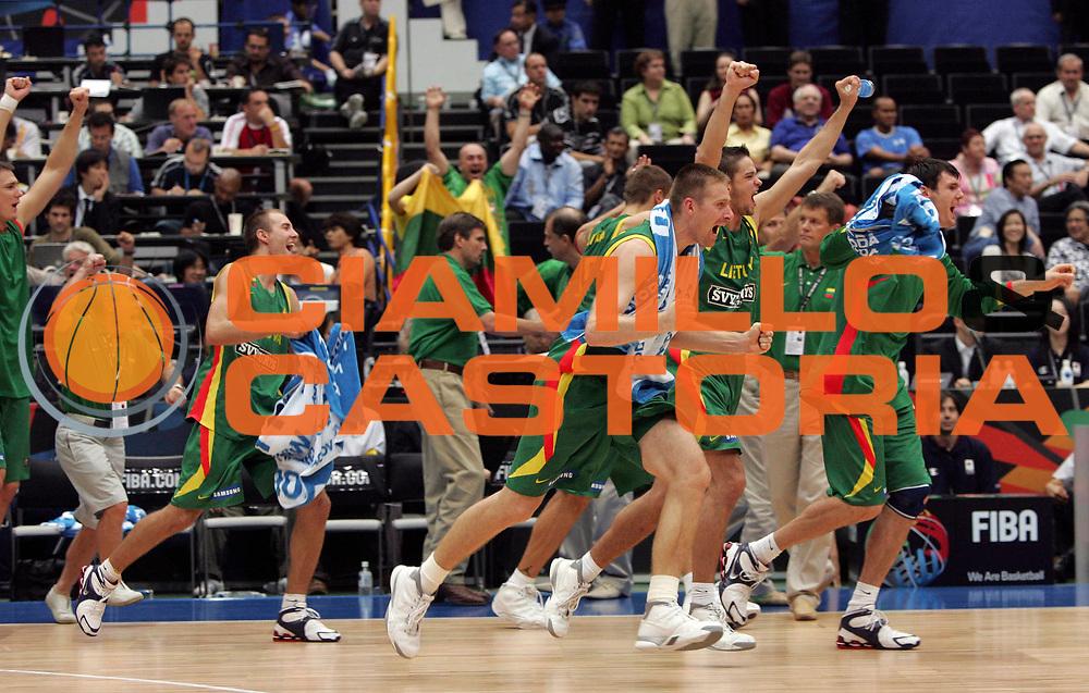 DESCRIZIONE : Saitama Giappone Japan Men World Championship 2006 Campionati Mondiali Italy-Lithuania <br /> GIOCATORE : Team Lituania <br /> SQUADRA : Lithuania Lituania <br /> EVENTO : Saitama Giappone Japan Men World Championship 2006 Campionato Mondiale Italy-Lithuania <br /> GARA : Italy Lithuania Italia Lituania <br /> DATA : 26/08/2006 <br /> CATEGORIA : Esultanza <br /> SPORT : Pallacanestro <br /> AUTORE : Agenzia Ciamillo-Castoria/M.Kulbis <br /> Galleria : Japan World Championship 2006<br /> Fotonotizia : Saitama Giappone Japan Men World Championship 2006 Campionati Mondiali Italy-Lithuania <br /> Predefinita :