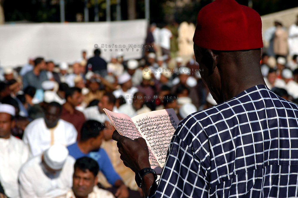 Roma  October 23 2006.Muslim immigrants crowd the garden of Piazza Vittorio square, in Rome's Esquilino multi-ethnic quarter, for the Eid al-Fitr prayer to mark the end of the fasting month of Ramadan.