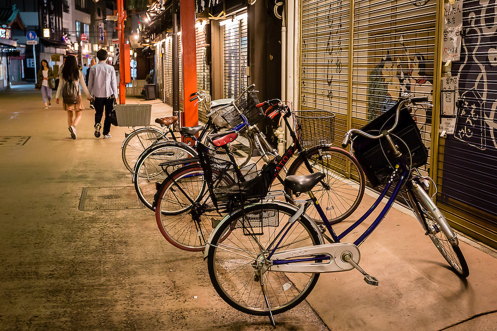 Around the area of Sensoji Temple, when the evening comes and the tourist hordes leave, the busy shopping streets take on a more serene atmosphere.