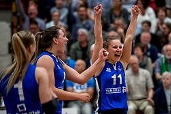 28-04-2018 NED: Alterno - Sliedrecht Sport, Apeldoorn<br /> De spanning is volledig terug in de best-of-five serie om de landstitel bij de vrouwen. Coolen-Alterno won vanavond in eigen huis met 3-2 van regerend landskampioen Sliedrecht Sport en trok daarmee de stand gelijk: 1-1 / Ana Rekar #11 of Sliedrecht Sport, Lynn Thijssen #8 of Sliedrecht Sport