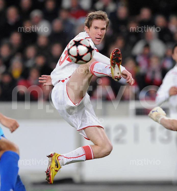 FUSSBALL  International  Champions League  SAISON 2009/2010   09.12.2009 VfB Stuttgart - FC Unirea Urziceni Aleksandr Hleb  (Stuttgart) mit Ball