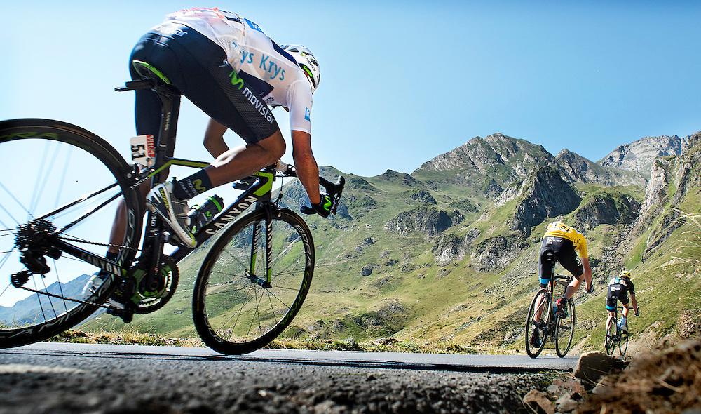 Frankrijk, Tourmalet, 15-07-2015.<br /> Wielrennen, Tour de France.<br /> Etappe van Pau naar Cauterets- Vallee de Saint-Savin<br /> Nairo Quintana ( 51 en Witte Trui ) achter Gele Trui drager Chris Froome en Geraint Thomas ( voorop ) in een zeer snelle afdaling van de Tourmalet.<br /> Foto: Klaas Jan van der Weij