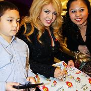NLD/Amsterdam/20101128 - Modeshow en verkoop Artbags t.b.v het Aidsfonds in de Bijenkorf, Patricia Paay signeert artbag