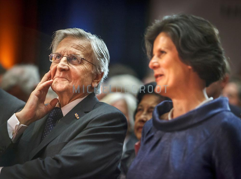 Jean-ClaudeTrichet, voormalig president van de Europese Centrale Bank (ECB), spreekt op woensdag 6 juni 2012 de achttiende Mandeville Lezing uit bij de Erasmus Universiteit in Rotterdam. Rechts van Trichet de voorzitter van de Raad van Bestuur van de EUR Pauline van der Meer Mohr