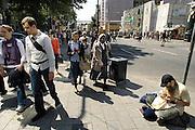 Duitsland, Dusseldorf, 2-6-2012De beroemde Konigsallee. Het is een luxe winkelstraat in de hoofdstad van de deelstaat Nordrhein-Westfalen. Een man zit op straat te breien.Foto: Flip Franssen/Hollandse Hoogte