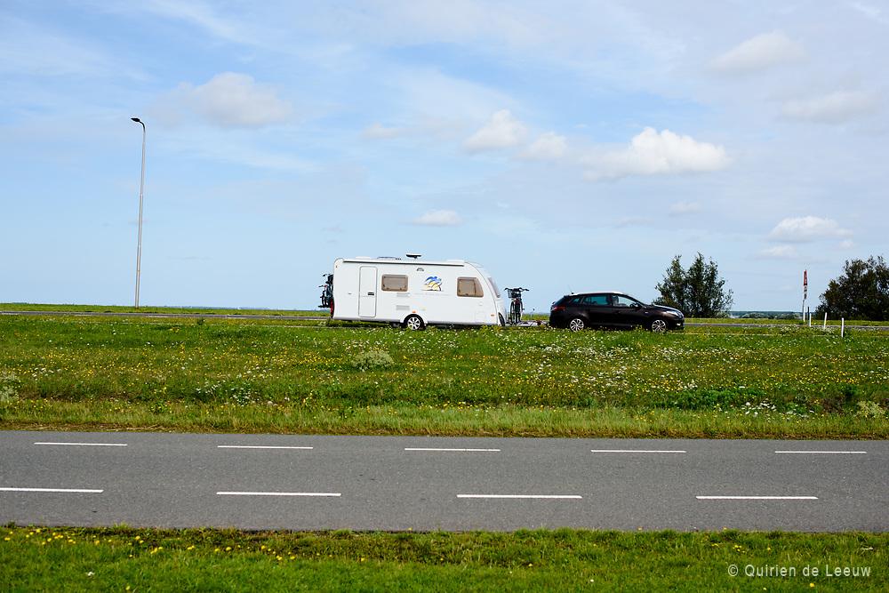 Nederlandse vakantiegangers op weg naar Zeeland, een populaire vakantiebestemming voor veel Nederlanders die in eigen land op zomervakantie vieren.