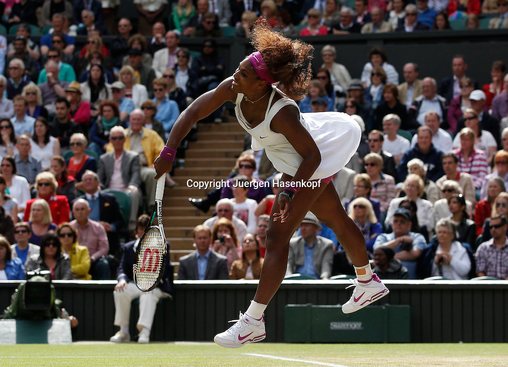 Wimbledon Championships 2012 AELTC,London,.ITF Grand Slam Tennis Tournament, Damen Finale,.Serena Williams (USA),Aufschlag,Service,Aktion,Einzelbild,Ganzkoerper,.Querformat,