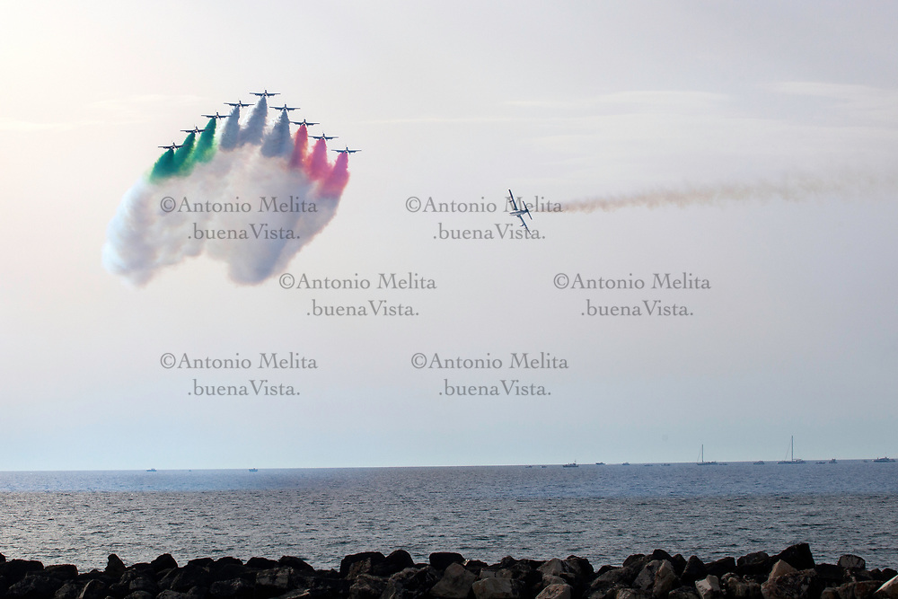 Il volo delle Frecce Tricolori sul lungomare di Trapani.