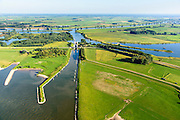 Nederland, Gelderland, Gemeente Maasdriel, 23-08-2016; Heerewaarden, Kanaal van Sint Andries met sluis, verbinding tussen Maas (achtergrond) en Waal elkaar bijna raken. Op de landengte ligt ook Fort Sint-Andries<br /> Heerewaarden, where the river Maas (Meuse, background) and Waal almost touch, divided bij a isthmus. In to the canal the lock of St. Andries and an old fortress. <br /> aerial photo (additional fee required); <br /> luchtfoto (toeslag op standard tarieven);<br /> copyright foto/photo Siebe Swart