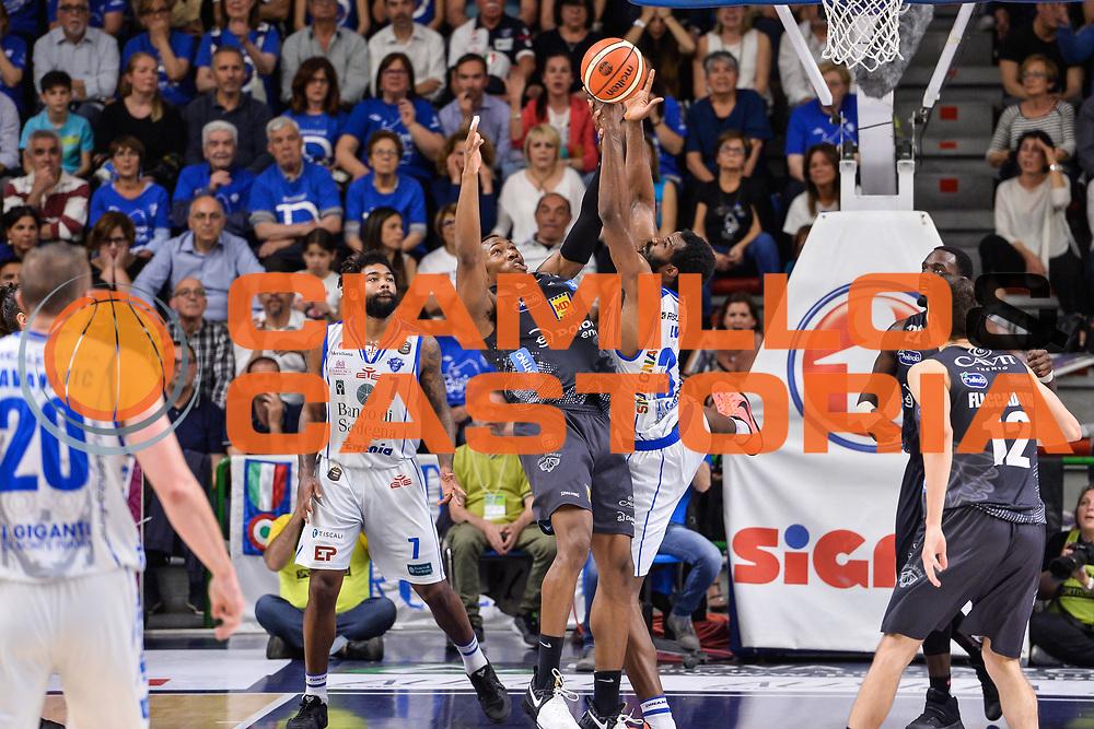 Dominique Sutton, Gani Lawal<br /> Banco di Sardegna Dinamo Sassari - Dolomiti Energia Aquila Basket Trento<br /> Legabasket Serie A LBA Poste Mobile 2016/2017<br /> Playoff Quarti Gara3<br /> Sassari 16/05/2017<br /> Foto Ciamillo-Castoria