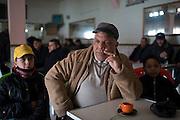 En Tunisie la peur s'installe. Sofiene Ben Farhat, journaliste et ecrivain tunisien avec 2 de ses enfants, il figure sur une  une liste noire des personnes a assasiner, publie sur des pages facebook salafistes. Lui-meme y figure en 6e position. Hamman-Lif, 10-02-2013
